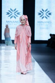 Afia R Fitriati reports further on the upcoming fashion trends from the Jakarta Fashion Week Modest Outfits, Modest Fashion, Hijab Fashion, Fashion Dresses, Modest Clothing, Indonesia Fashion Week, Jakarta Fashion Week, Modern Abaya, Moslem Fashion