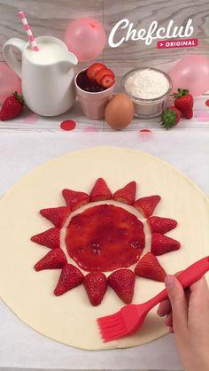 Enfin de préparer un dessert innovant mais vous avez la flemme de passer des heures en cuisine ? Alors cette tarte aux fraises et à la chantilly est faite pour vous ! Et pour encore plus d'idées de recettes, rendez-vous sur chefclub.tv. Tart Recipes, Sweet Recipes, Baking Recipes, Dessert Recipes, Yummy Appetizers, Delicious Desserts, Yummy Food, Cake Decorating Techniques, Cake Decorating Tips