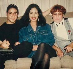 Selena Quintanilla Perez Image may contain: 3 people, people sitting and indoor Selena Quintanilla Perez, Suzette Quintanilla, Selena Pictures, Rare Pictures, Selena And Chris Perez, Queen, American Singers, Beyonce, Role Models
