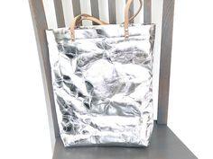 Tasche aus veganem Leder/waschbarem papier in Silber. #shoppervegan #shopperveganesleder #shoppersilber Latex, Shopper, Tote Bag, Bags, Paper, Artificial Leather, Silver, Purses, Tote Bags