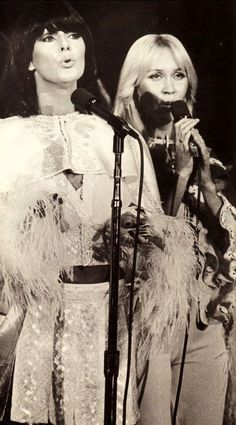 Frida and Agnetha live in 1975.