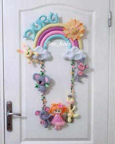"""Kapısüsü-Bebek Hediyelikleri🎉🎈 on Instagram: """"Günaydın 🌞  Duru 💓 . . . . . #kapısüsü #bebekodasıkapısüsü #kapısüsleri#gökkuşağıkapısüsü#safarilikapısüsü #hastaneodasısüsleme…"""" Bricolage Baby Shower, Crochet Waffle Stitch, Felt Wall Hanging, Pillow Crafts, Baby Shower Crafts, Felt Templates, Baby Mobile, Felt Baby, Name Banners"""