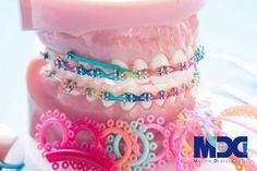 Modelo de ortodoncia y herramienta de dentista. Braces Bands, Braces Tips, Kids Braces, Dental Braces, Teeth Braces, Braces Humor, Fake Braces, Gold Braces, Happy Dental