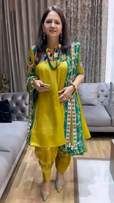 Dress Indian Style, Indian Fashion Dresses, African Dresses For Women, Indian Designer Outfits, Indian Wear, Punjabi Salwar Suits, Embroidery Suits, Embroidery Fashion, Stylish Dress Designs