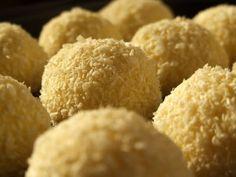 Bomboane raffaello, Rețetă de Laura Sava - Petitchef