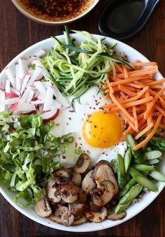 Quinoa Bibimbap (Korean Mixed Veggies Quinoa Bowl) leave our egg for vegan version Easy Asian Recipes, Easy Soup Recipes, Vegetarian Recipes, Healthy Recipes, Healthy Meals, Veggie Quinoa Bowl, Plats Healthy, Vegan Blog, Quick And Easy Soup