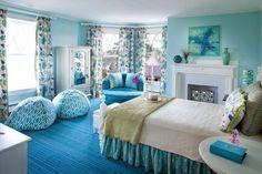 wunderbares Schlafzimmer mit hellblauen Teppich und Sitzkissen