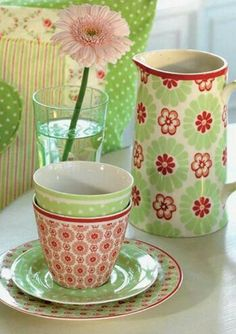 Sweeter Living: Green on a Pink Saturday? Green on a Pink Saturday? Kitsch, Pip Studio, Adventures In Wonderland, Pink And Green, Pretty Green, Bunt, Dinnerware, Tea Party, Whimsical