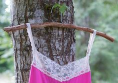 Woodsy Hanger DIY These are so pretty! must see DIY projects and crafts! So many great ideas! Driftwood Projects, Driftwood Art, Driftwood Ideas, Diy Clothes Hangers, Closet Hangers, Diy Hangers, Hanger Crafts, Plastic Hangers, Fall Wood Crafts