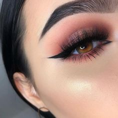 Stunning Simple Winged Eyeliner You Should to Copy Sometimes we want to have wings on our eyelids so that our eye makeup is perfect. Winged eyeliner is a classic look that we can use every day. Glam Makeup, Eye Makeup Glitter, Cute Makeup, Skin Makeup, Makeup Inspo, Eyeshadow Makeup, Makeup Inspiration, Makeup Ideas, Makeup Tips