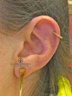 We pierced Amanda's helix four months ago. She's healing up wonderfully and stopped in to switch out her jewelry for something new. She chose this 18k rose gold Vaughn from @anatometal. We really like how the side profile just shows the little ornate gold beads of the jewelry. Thanks so much, Amanda! @vaughnbodyartsMonterey, CA