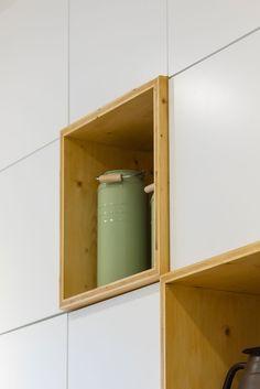 Decoração de apartamento pequeno, decoração minimal, paredes brancas, nichos de madeira.