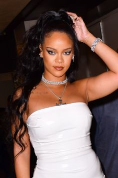 From braids to natural texture and long, sleek hair, too, Rihanna has tried every hairstyle going. British Vogue charts her best hairstyles from 2005 to From scarlet crops to peroxide waves and every hairstyle in between, this is Rihanna's best ever hair. Estilo Rihanna, Mode Rihanna, Rihanna Fenty, Rihanna Now, Rihanna Hairstyles, Sleek Hairstyles, Good Girl Gone Bad, Divas, Rihanna Photos