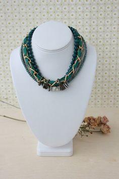 Pour en rendre quelques-unes verte de jalousie   Un collier de la designer Charlotte Hosten fait de soie, aluminium, perles de verre, pierres semi-précieuses, bagues vintage et métal
