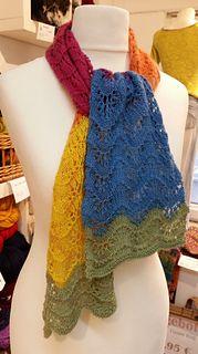 Einfacher Schal mit Wellenmuster, der vor allem durch den Farbverlauf wirkt