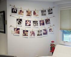 Recordar é reviver! Então faça um varal com fotos na sua #Sala! #FaçaVocêMesmo, basta ter um pouco de varal e grampos. Selecione as fotos que você mais gosta e aproveite a nova #Decoração!