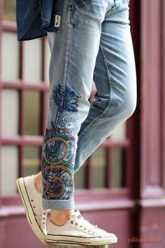 Модные джинсы с вышивкой: идеи на 31 фото