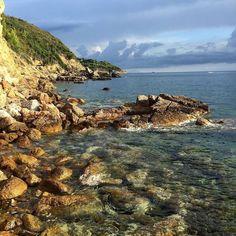 La spiaggia di madonna delle grazie a #capoliveri nello scatto di @photo_passion91. Continuate a taggare le vostre foto con #isoladelbaapp il tag delle vostre vacanze all'#isoladelba.