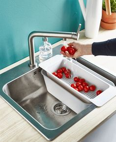 A GIF shows tomatoes being rine in the sink, while the water is saved in a tub and used to water plants. Ikea Kitchen, Kitchen Dining, Kitchen Decor, Ways To Save Water, Shower Together, Small Tub, Inside Plants, Ikea Home, Trash Bins