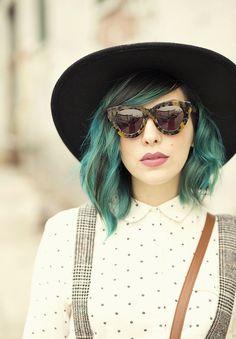 Meninas, este post vai para todas aquelas que andam sonhando em colorir os cabelos no estilo fantasy colormas estão com receio. Talvez este seja o empurrãozinho que falta para te convencer… …