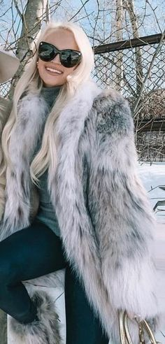 Fox Fur Coat, Fur Coats, Fur Fashion, Womens Fashion, Sexy Women, Fur Jackets, Long Hair Styles, Glasses, How To Wear