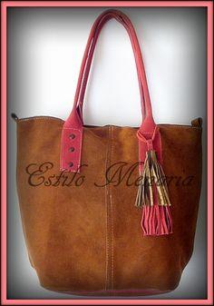 Modelo CATA: Cartera de gamuza color suela con base y manijas color coral. Amplia, forrada, bolsillo y cierre a presión interno.
