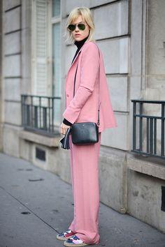 Paris Fashion Week street style, rose quartz, look monocromático, rosa, alfaiataria, tênis, bolsa a tiracolo