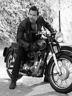 This is a good look for Guy Pearce. He's a guy with many faces. Sidecar, King's Speech, Mystery Film, Guy Pearce, Biker Boys, Australian Actors, Easy Rider, Vintage Motorcycles, Man Candy
