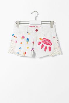 Shorts blancos para niña Desigual. La colección viene con ganas de jugar, ¿te apuntas?