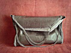 Borsa grigia in pelle con tre catene in argento brunito. Fatta a mano.