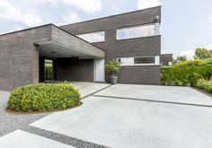 Make concepts: Tuinarchitectuur in alle eenvoud Mid Century Landscaping, Modern Driveway, Concrete Driveways, Driveway Landscaping, Backyard Patio Designs, Garden Landscape Design, Architecture, Home And Garden, Exterior