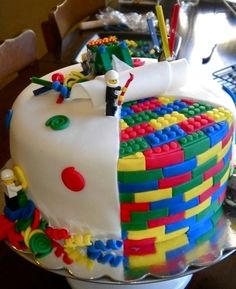here is a perfect cake for some lego lovers! Im sure that there is a lot of boys that love lego. so here is a perfect cake! The lego looks so real and that cake is amazing it self Fancy Cakes, Cute Cakes, Crazy Cakes, Pretty Cakes, Yummy Cakes, Beautiful Cakes, Amazing Cakes, Rodjendanske Torte, Cupcakes Decorados