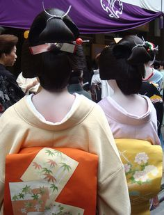 "geisha-licious:      ""wig comparison: junior geiko, senior geiko""    Miharu (left) and Hinagiku. Miharu is a junior geiko, so she wears this silver ribbon kanzashi in her wig"