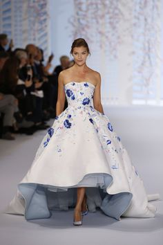 Short Wedding Dresses : The Best Gowns From Paris Couture Week – TownandCountryMag… Couture Fashion, Runway Fashion, Party Fashion, Korea Fashion, Japan Fashion, India Fashion, 70s Fashion, Fashion 2020, Street Fashion