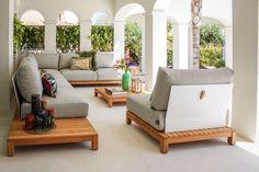 Deze Royale hoekloungeset van Suns straalt een en al luxe en comfort uit. De Portofino loungeset is afgewerkt met oog voor detail en gemaakt van hoogwaardige materialen zoals goede kwaliteit teakhout en gepoedercoat aluminium.