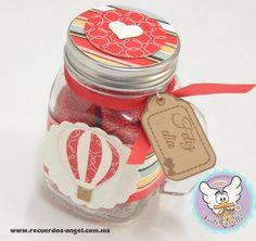 Frasco tipo mason jar con etiqueta,figura de globo aerostático. Contenido : bombón en forma de corazón.