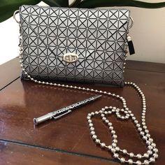 Voici ce que je viens d'ajouter dans ma boutique #etsy: Petit sac argent - motif géométrique - pochette soirée -mariage - cérémonie - fashion - mode - tendance - cadeau de Noël femme Fashion Mode, Ajouter, Voici, Chanel, Shoulder Bag, Boutique, Etsy, Classic, Shoulder Bags