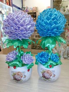 9 Espectaculares arreglos florales realizados con listón ~ Belleza y Peinados Quilted Fabric Ornaments, Quilted Christmas Ornaments, Cloth Flowers, Fabric Flowers, Paper Flowers, 2x4 Crafts, Crafts To Do, Rose Crafts, Flower Crafts