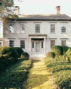 Martha Stewart's former home on Turkey Hill Road in Westport, Connecticut. One of the most beautiful examples of Federal architecture I have ever seen! Future House, My House, Hill House, Turkey Hill, Martha Stewart Home, New England Style, White Houses, Historic Homes, Old Houses