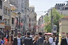 Taksim - Área mais agitada, turística e lotada da cidade! É um calçadão imenso onde tem de tudo. Das lojas turcas a Sephora, Mango e Zara. Aqui que está o Restaurante 360 graus, que tem uma das vistas mais lindas de Istambul.
