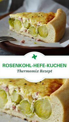 Probier' doch mal etwas Neues aus! Herzhafter Rosenkohl-Hefe-Kuchen mit Schinkenwürfel und leckerem Bergkäse überbacken. Thermomix ® Rezept vom Rezept-Portal Cookidoo ®.