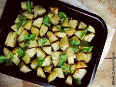 Banalii cartofi într-o reţetă simplă-simplă, dar cu efect garantat. Pregătiţi în acest fel, la cuptor, aromatizaţi cu usturoi şi rozmarin vor avea un gust şi o aromă deosebită. Pot fi consumaţi ca atare, lângă o salată de sfeclă, sau de murături asortate, sau îi puteţi servi drept garnitură lângă o carne la grătar. Ingrediente pentru reţeta de cartofi la cuptor cu usturoi şi rozmarin 1 kg de cartofi 50ml de…