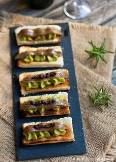 Cuinant: Tostas de Guacamole y Anchoas Fish Recipes, Snack Recipes, Healthy Recipes, Snacks, Appetizer Recipes, Tapas Menu, Tapas Bar, Guacamole, My Favorite Food