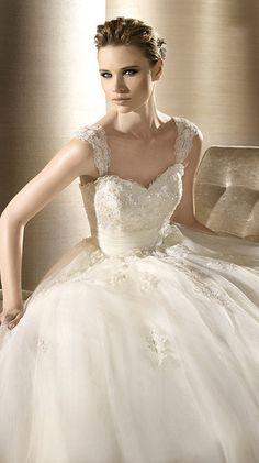 OROPESA / Bridal Gowns / 2012 Collection / Avenue Diagonal (close up)