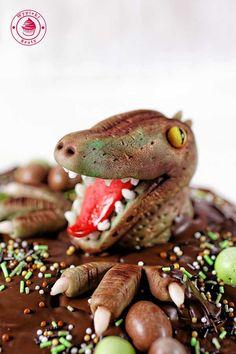 tort czekoladowy z dinozaurem