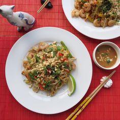 Today's Dinner- Shrimp Pad Thai. 요리로 하는 세계여행- 오늘 저녁은 타일랜드 음식인 새우 팟 타이 입니다. 요리법; *1.넌스틱 팬에 땅콩기름을두루고 쌘불에서 얇게 채썬 당근, 삼색피망, 양파, 다진 타이고추, 마늘을 살짝볶다 중간크기의 새우를넣고 볶아 따로그릇에 담아놓습니다. *2.같은 팬에 기름을 약간만 더 넣고 미지근한물에 7~10분간 불린 타이 쌀국수를 살짝볶다 치킨스톡을 자작하게 넣고 2~3분정도 끓이다 불을끄고, 타이 피넛소스 와 타이 피쉬 소스, 라임쥬스와 미리볶아놓은 1번과, 숙주나물을 함께넣고 잘 버무려 줍니다. 그릇에 이쁘게 담아 샐란트라와 땅콩다진것을 위에 뿌려줍니다. **요리팁^.~; 국수가 서로 붙어 오일을 많아넣어여하는데 치킨스톡을 넣으면 기름을 조금만 써도 돼고 맛도더 좋습니다