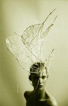 headdress (front) fil de fer + fibres de polypropylène* | Design by Graham Tabor. Photograph by Miguel Villalobos.