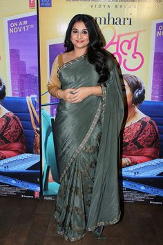 Vidya Balan at 'Tumhari Sulu' Screening : Vidya opted for a green Pinnacle saree with a mustard colored blouse with simple hair-makeup. Simple and pretty! Indian Bollywood Actress, Bollywood Saree, Beautiful Bollywood Actress, Indian Actresses, Actress Bikini Images, Oscars Red Carpet Dresses, Vidya Balan Hot, Sexy Little Black Dresses, Beautiful Women Over 40