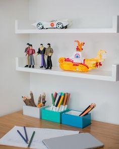 """61 curtidas, 4 comentários - Hana Lerner Arquitetura (@hana.lerner.arquitetura) no Instagram: """"Bom dia☀️Detalhe da mesa com porta lápis embutido. Projeto para o nosso mini cliente fã dos Beatles…"""""""
