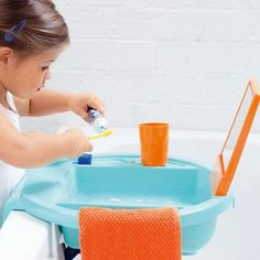 A child size sink that can be attached to the bathtub, no need for stools. Lavabo d'apprentissage turquoise/orange